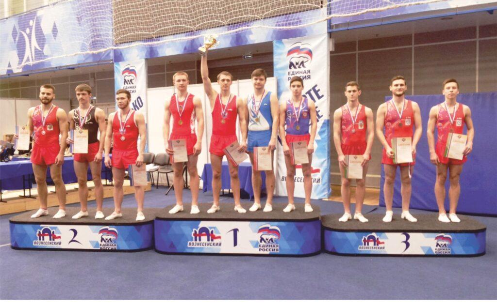 команда спортсменов награждается на пьедестале почёта